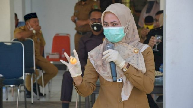 Bupati Luwu Utara, Indah Putri Indriani, saat melakukan pengundian hunian tetap, Senin (8/2/2021), di Masamba.