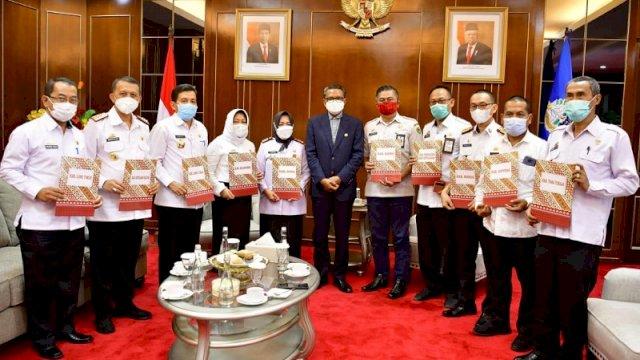 Gubernur Sulsel Nurdin Abdullah menyerahkan SK kepada 10 sekda untuk menjabat sebagai pelaksana harian bupati yang diperkirakan hingga akhir Februari. ()
