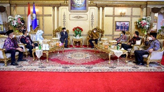 Kepala Kanwil Kemenag Sulawesi Selatan KH. Khaeroni dan rombongan berkunjung ke Rumah Jabatan Gubernur Sulsel di Jalan Sungai Tangka No.31, Sabtu (20/2/2021).