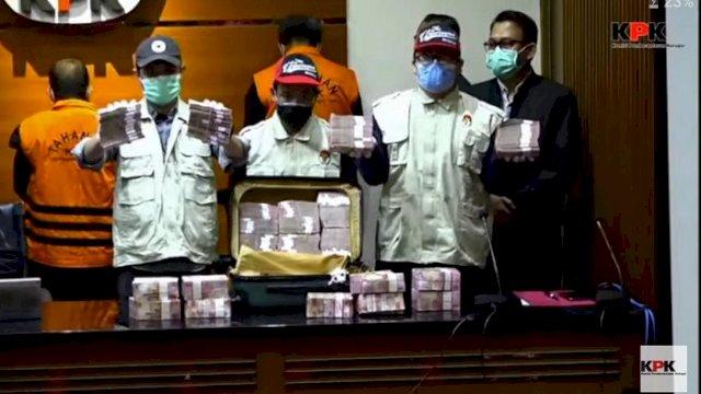 Petugas KPK memperlihatkan barang bukti sejumlah uang yang diduga terkait kasus dugaan suap dan gratifikasi. ()