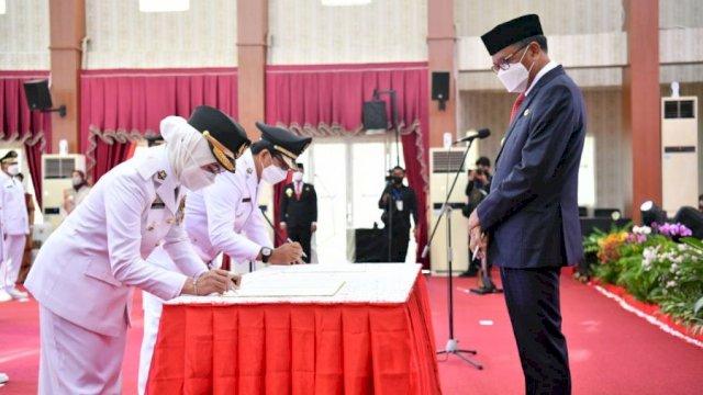 Indah Putri Indriani dan Suaib Mansur saat dilantik sebagai Bupati dan Wakil Bupati Luwu Utara oleh Gubernur Sulsel, Nurdin Abdullah.