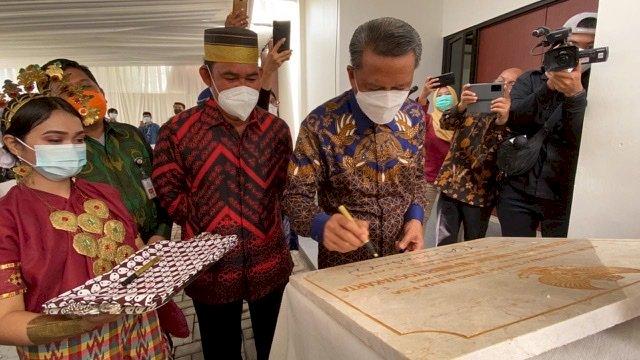 """Gubernur Sulsel Nurdin Abdullah meresmikan gedung baru Asrama Putri Sulawesi Selatan """"Anging Mammiri"""" di Kota Yogyakarta, Selasa (16/2/2021)."""