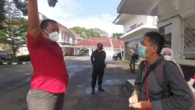 Seorang wartawan foto diusir saat hendak melakukan peliputan gladi pelantikan kepala daerah. ()