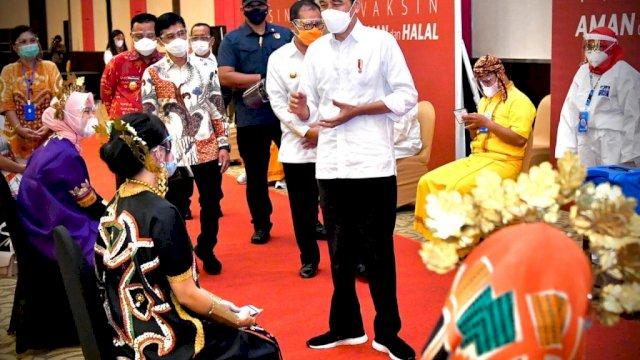 Plt Gubernur Sulsel mendampingi Presiden RI, Joko Widodo, meninjau pelaksanaan Festival Smart Vaksinasi Makassar di Hotel Dalton, Jalan Perintis Kemerdekaan, Makassar, Kamis (18/3/2021) kemarin. Vaksinasi itu diikuti oleh 500 guru di Kota Makassar.