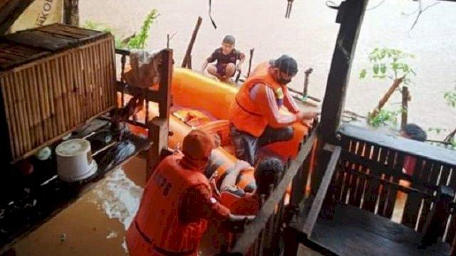 Ilustrasi: Tim dari Pemerintah Daerah di lokasi banjir. ()