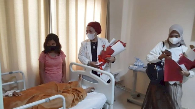 MENJENGUK. Koordinator Bravo 5 Wilayah Sulawesi, Hj Asyfa M Br Ginting Manik, menjenguk langsung korban luka akibat bom bunuh diri yang sedang menjalani perawatan di RS Bhayangkara Makassar, Senin (29/3/2021).