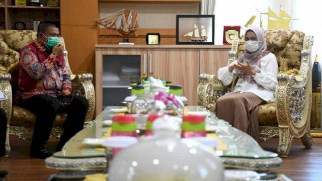 Bupati Indah Putri Indriani saat menerima Kepala Cabang Dinas Pendidikan Wilayah XII Sulsel, Muhammad Arfah, di Ruang Kerjanya, Jumat (12/3/2021).