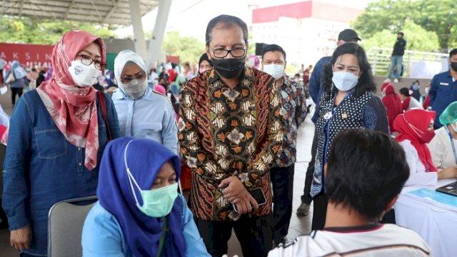 """Walikota Makassar Moh. Ramdhan """"Danny"""" Pomanto meninjau langsung vaksinasi massal terhadap para guru dan stakeholder kependidikan lainnya di Tribun Karebosi, Makassar, Sabtu (27/3/2021)."""