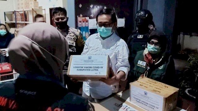 Wakil Bupati Luwu Utara Suaib Mansur menerima vaksin tahap kedua, Selasa malam (2/3/2021). ()