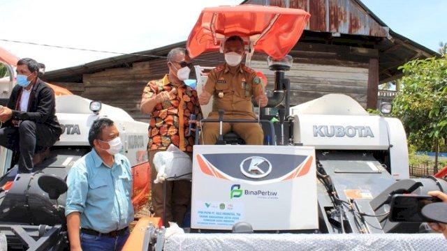 Wabup Lutim Budiman Serahkan Bantuan Alat Pertanian untuk Lima Desa