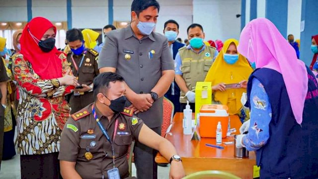 Bupati Maros HAS Chaidir Syam didampingi Wabup Hj Suhartina Bohari, membuka vaksinasi Covid-19 tahap kedua di Gedung Serbaguna, Kamis (4/3/2021).