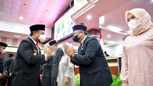 Plt Gubernur Sulsel, Andi Sudirman Sulaiman memberikan ucapan selamat kepada dua anggota DPRD Sulsel yang baru dilantik, M Arfandy Idris dari Partai Golkar, dan Andi Heri Suhari Attas dari Partai Gerindra.