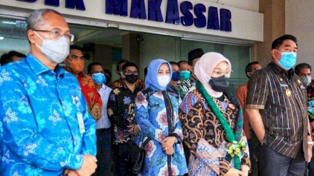 Sekretaris Daerah Provinsi Sulsel, Abdul Hayat Gani (kanan) saat mendampingi Menteri Ketenagakerjaan RI, Ida Fauziyah, dalam acara Pembukaan Pelatihan Berbasis Kompetensi dan Peresmian Gedung Aula, Gedung Asrama, dan Gedung 3in1, Balai Latihan Kerja (BLK) Makassar, Tahun 2021, yang berlangsung di Aula BLK, Jumat (19/3/2021). ()