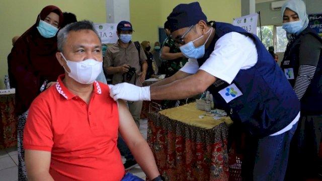 Wakil Bupati Luwu Timur H Budiman menjalani vaksinasi Covid-19 di Aula Husada Indah Puskesmas Malili, Kecamatan Malili, Jumat (12/3/2021).
