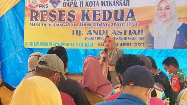 Anggota DPRD Kota Makassar Andi Astiah saat menggelar Reses Kedua Masa Persidangan Kedua Tahun Anggaran 2020-2021 di Jalan Sultan Abdullah, Kelurahan Buloa, Tallo, Sabtu (24/4/2021).