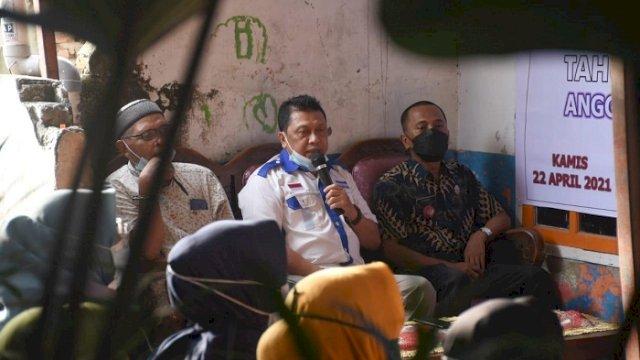 Anggota DPRD Kota Makassar Arifin Dg Kulle menemui konstituen di Kampung Holywood Jalan Nuri, Kelurahan Bontorannu, Mariso, Kamis (22/4/2021).
