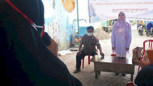 Anggota DPRD Kota Makassar Budi Hastuti menggelar reses di Jalan Flamboyan Kecamatan Mariso, Selasa (20/4/2021).