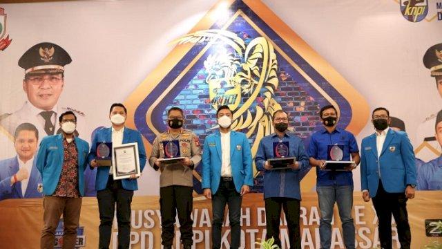 """Walikota Makassar Moh Ramdhan """"Danny"""" Pomanto mendapatkan penghargaan saat menghadiri sekaligus membuka Musyawarah Daerah Komite Nasional Pemuda Indonesia (KNPI) XV di Hotel Myko, Jumat malam (9/4/2021)."""