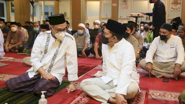 "Walikota Makassar Moh Ramdhan ""Danny"" Pomanto shalat subuh bersama jamaah Masjid Sultan Alauddin di Jalan Prof. Abdurrahman Basalamah, Rabu (28/4/2021)."