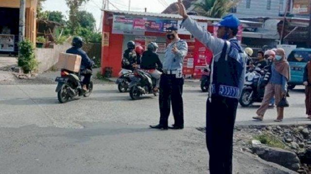 Petugas dari Dishub Gowa bertugas di titik rawan kemacetan di Kota Sungguminasa. (int)