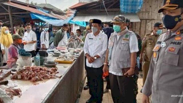 Kepala DP2KUKM, Muh Kasrum bersama Sekda, Armiady dan Tim Terpadu saat sidak pasar.