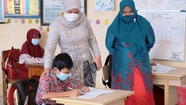 Wakil Bupati Hj Suhartina Bohari saat kunjungi pembelajaran tatap muka di Kecamatan Lau, Rabu (21/4/2021).