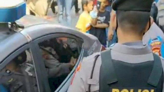 Petugas mengamankan para juru parkir. Viral adanya juru parkir yang menarik parkir di atas ketentuan tanpa disertai karcis. ()
