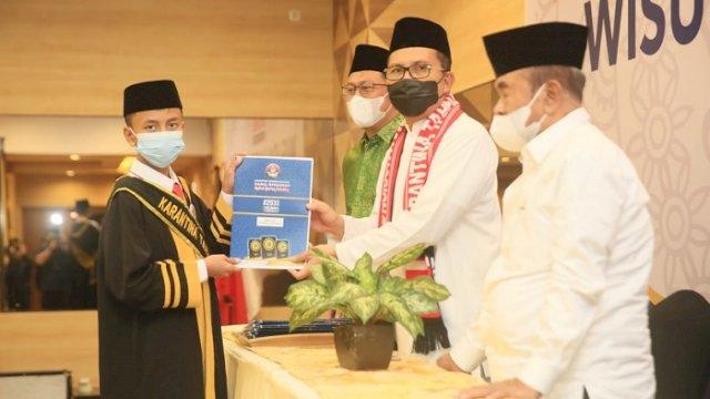 "Walikota Makassar Moh Ramdhan ""Danny"" Pomanto saat Wisuda Hafizh 30 Juz di Hotel Pesonna Makassar, Jalan Mappanyukki, Minggu (25/4/2021)."