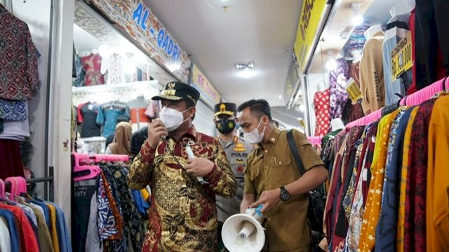 Plt Gubernur Sulsel, Andi Sudirman Sulaiman, bersama Kapolda Sulsel Irjen Pol Merdisyam dan Inspektur Kodam (Irdam) XIV/Hasanuddin Brigjen TNI Purbo Prastowo, melakukan sidak di Pasar Butung Makassar, Senin (3/5/2021)