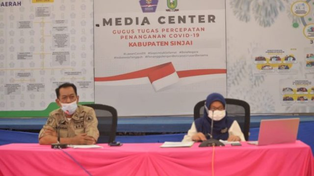 Kepala Dinas Kesehatan Sinjai, dr. Emmy Kartahara Malik, saat jumpa pers di Media Center Satgas Percepatan Penanganan Covid-19, Rabu (5/5/21).