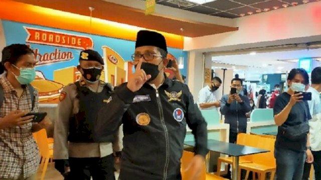 Walikota Makassar Danny Pomanto sidak Mall Panakukang, Minggu (2/5/2021) malam. Dengan menggunakan pengeras suara, Danny meminta pengeloa dan pengunjung untuk taat protokol kesehatan. (int)