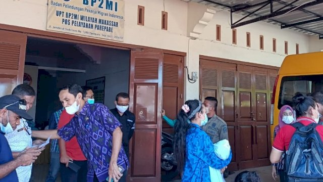 Penjemputan warga Sinjai di Kantor Badan Perlindungan Pekerja Migran Indonesia (BP2MI) Parepare. ()
