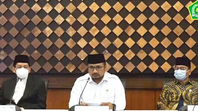Menteri Agama Yaqut Cholil Qoumas (tengah) saat menyampaikan konferensi pers soal pembatalan haji di Jakarta, Kamis (3/6/2021). ANTARA/Tangkapan Layar Youtube Kemenag/aa.