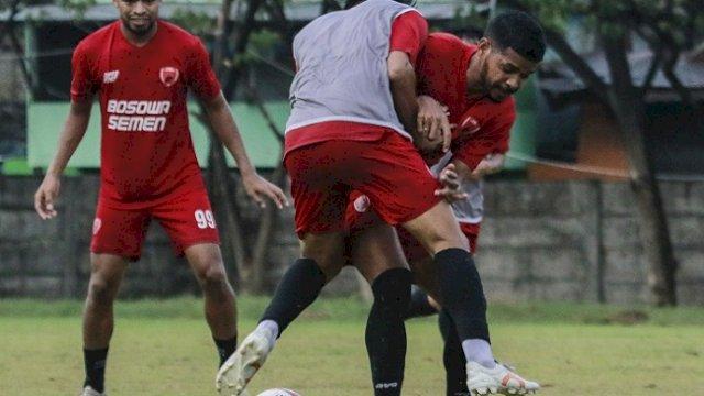 PSM Makassar ketika menjalani latihan. Saat uji coba melawan Tim PON Sulsel, PSM mendulang kemenangan 4-0.