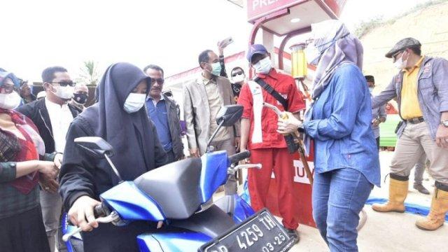 Bupati Luwu Utara, Indah Putri Indriani, saat melakukan uji coba pengisian BBM Satu Harga di Kecamatan Seko.