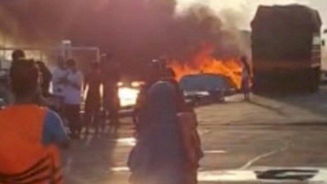 Sebuah kapal terbakar di Pelabuhan Rakyat Bajoe, Bone, Jumat pagi (25/6/2021).