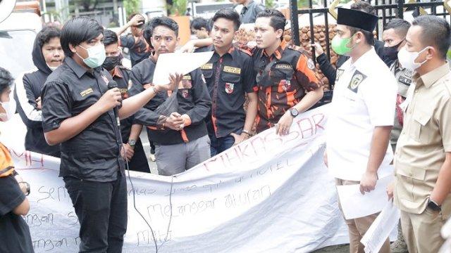 Anggota DPRD Makassar saat menerima aspirasi sejumlah pemuda dari Sapma PP, Selasa (29/6/2021).