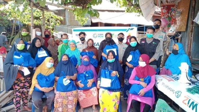 Dompet Dhuafa dan YBM PLN UP3 Makassar Selatan Bagikan Sembako untuk Dhuafa