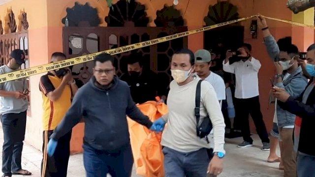 Petugas saat mengevakuasi jenazah korban yang ditemukan tewas di dalam kamar kosnya. (int)