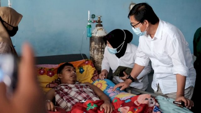 Wakil Bupati Luwu Utara, Suaib Mansur saat membesuk Sukran, penderita gagal ginjal di RSUD Andi Djemma Masamba.