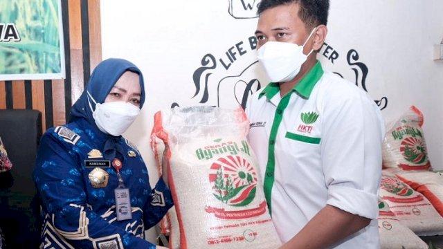 Pj Sekda Gowa Kamsina menghadiri launching Beras Agangta, di Warkop Agangta Sungguminasa, Jumat (25/6/2021).