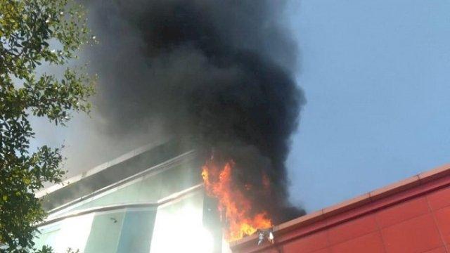 Kebakaran terjadi di gedung bertingkat di Jalan Pengayoman, Kota Makassar, Sulawesi Selatan, Rabu (9/6/2021). (ist)