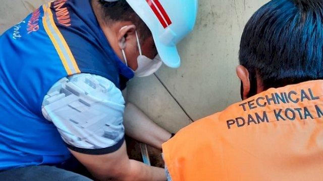 Direktur Utama PDAM Makassar, Hamzah Ahmad turun langsung untuk mengganti meteran air pelanggan, Kamis (3/6/2021).