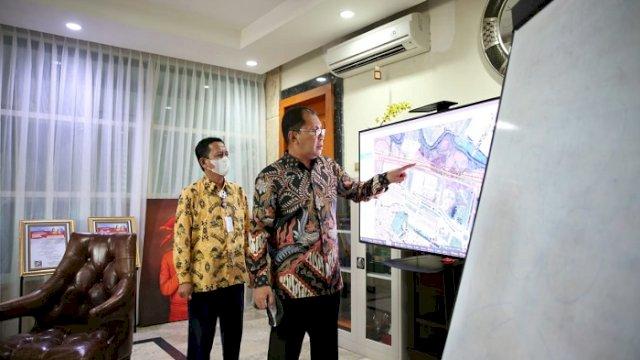 """Walikota Makassar Moh Ramdhan """"Danny"""" Pomanto melihat konsep rencana lintasan kereta api jalur atas saat pertemuan dengan Balai Pengelola Kereta Api (BPKA) Sulawesi Selatan, Selasa (8/6/2021)."""