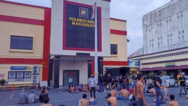 Polrestabes Makassar menggelar operasi preman, sekitar 100 orang diamankan. (int)