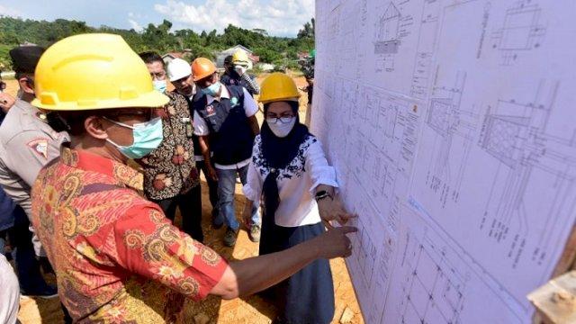Bupati Indah Putri Indriani saat menghadiri acara peletakan batu pertama pembangunan 72 huntap di Dusun Porodoa, Jumat (4/6/2021).