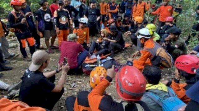 Wanita pendaki Eva (24) saat ditemukan tim SAR di Gunung Abbo, Maros, Sulsel. (int)