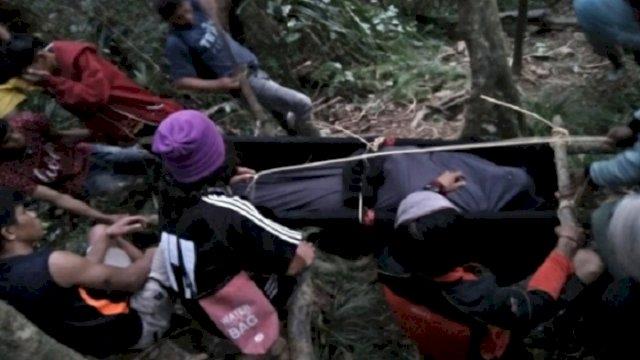 Evakuasi jenazah pendaki asal DKI Jakarta yang meninggal dunia dalam pendakian di Gunung Latimojong, Kabupaten Enrekang. (int)