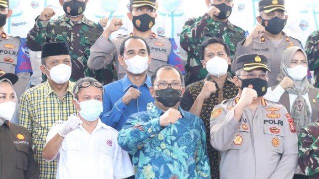 Walikota Makassar Danny Pomanto bersama Ketua DPRD Makassar Rudianto Lalo dan unsur Forkopimda saat peresmian Makassar Covid Hunter di Lapangan Karebosi, Jumat (4/6/2021).