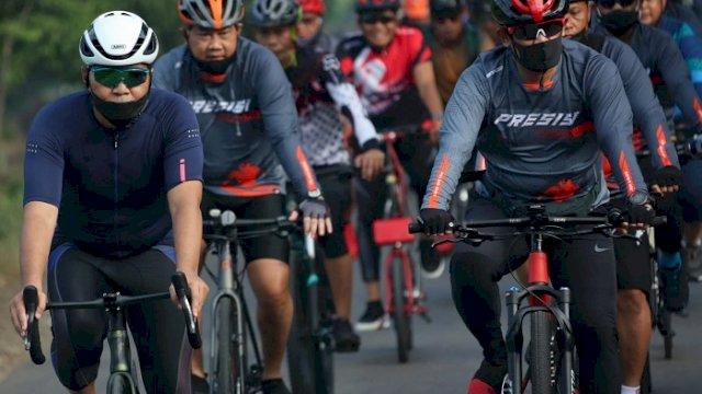 Danny dan Kapolda Bersama Forkopimda Bersepeda Santai dari Makassar ke Maros